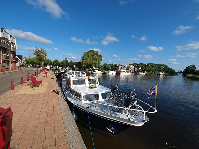 Hanze- en Elfstedenstad Bolsward is een populaire bestemming voor watersporters met grote en kleine boten.