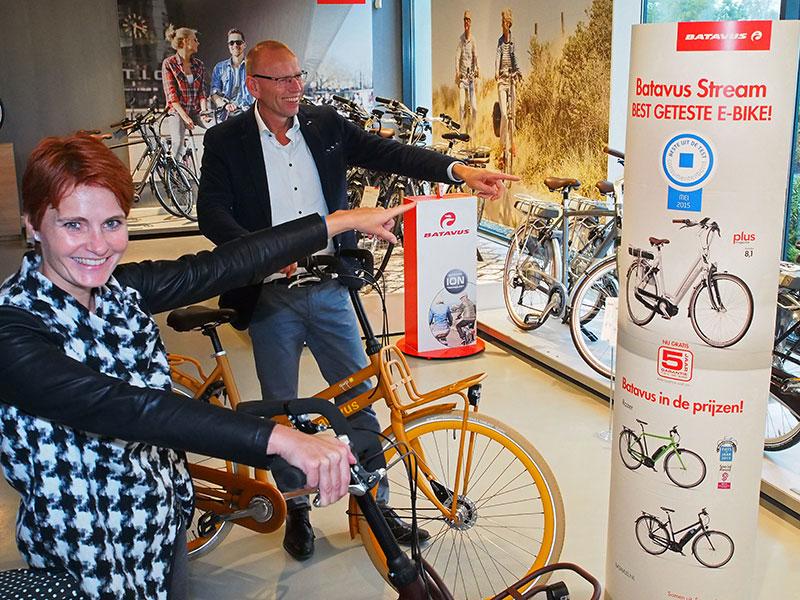 Batavus manifesteert zich onder leiding van marketing manager Ria Veld (voorgrond) en commercieel directeur Menno Visser als een trendy fietsenmaker, in technisch opzicht en qua design. Het assortiment is breder dan van iedere andere fietsenfabrikant en dus is de kans op het winnen van een vorstelijke onderscheiding, zoals voor de Quip en de Stream e-bike met Yamaha middenmotor, ietsje groter. Nu zou het grote Batavus voor de gemakkelijkste weg kunnen kiezen — bulk maken en dumpen — maar dat doet ze niet. Batavus wil een merk met lef zijn.