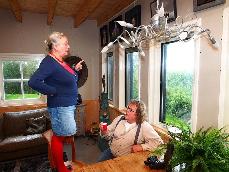 Kunstenaar Evert van Hemert vestigde zich in 1992 in Kolderwolde met vrij uitzicht op het meer Fluezen, in het Nederlands Fluessen. Die uitkijk heeft hij nog steeds maar dan moet hij naar de eerste verdieping van zijn nieuwe expositieruimte gaan of, net als zijn manager en partner Anna van der Goot, op een stoel gaan staan. Van Hemert denkt zijn verrekijker binnenkort weer te kunnen gebruiken.