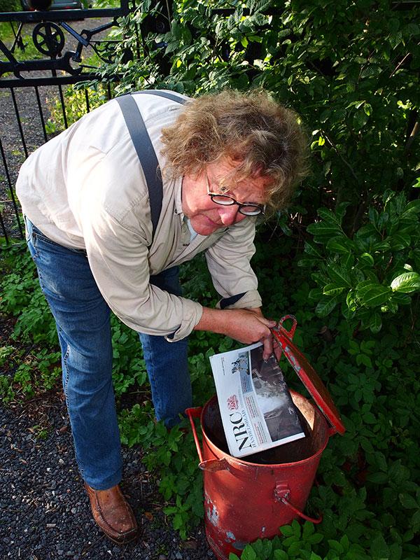 De NRC is Van Hemerts lijfblad die hij zes dagen van de week uit een vuilnisemmer hengelt.