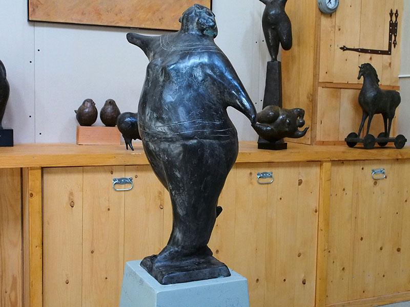 Kneedbare kleimodellen verstijven in het Kolderwolder veen tot bronzen sculpturen.