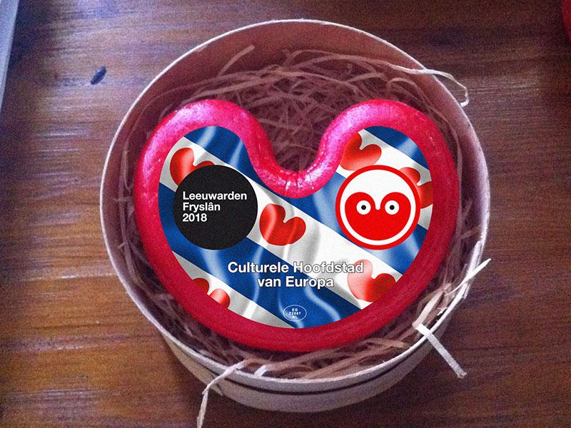 Jacob Nauta van kaasboerderij De Wartenster in Warten was een van de velen die reageerden op Albert Hendriks' kaasverhaal op Facebook. Hij bood voor vakantiebeurzen zijn nieuwste kaas aan, pompeblêdtsiis, naturel jong belegen kaas, gegarandeerd vers en geproduceerd in Warten en dus voor 100% een Fries streekproduct. Info: www.wartenster.nl