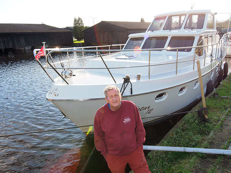 Vrachtwagenchauffeur Ultsje de Vries verhuurt luxe motorjachten van derden, investeerders die veel meer rendement beuren met de aankoop van een charterjacht dan dat ze het geld bij de bank parkeren. Bootsferien Fryslân heet zijn bedrijf.