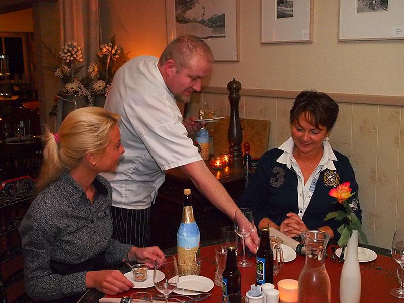 Een Frysk Diner 2016 in het met een Frysk Pompeblêd onderscheiden restaurant Jans in Rijs is genieten van de verfijnde Friese keuken waarin in hoofdzaak Friese streekproducten worden gebruikt, het hele jaar door! Chef-kok Beene de Leeuw serveert niet zelden de gerechten zelf, met tekst en uitleg.