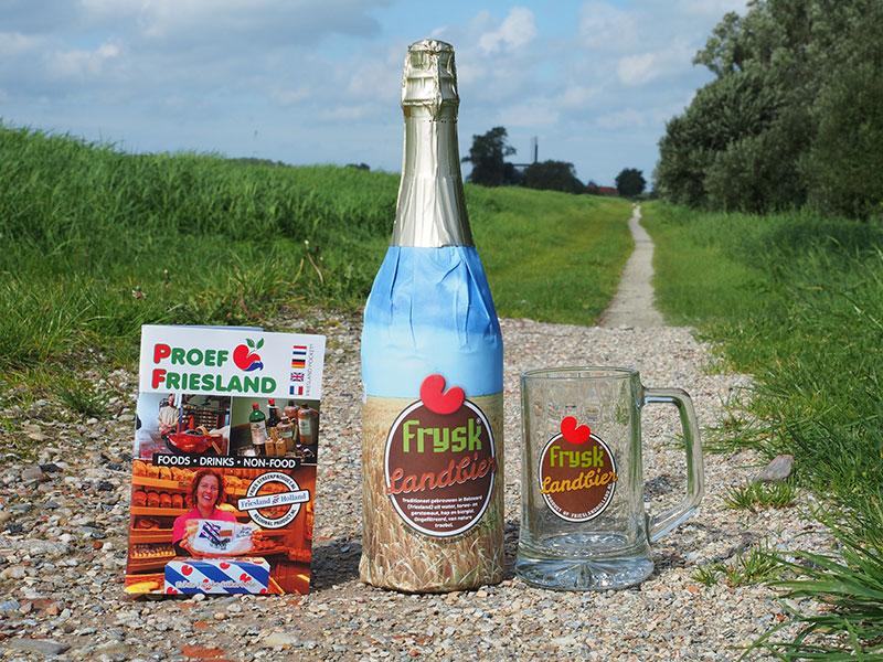 Zeer exclusief: Frysk Landbier met bijpassende glazen pul en een minipocket Proef Friesland met alle leveranciers van Friese streekproducten.