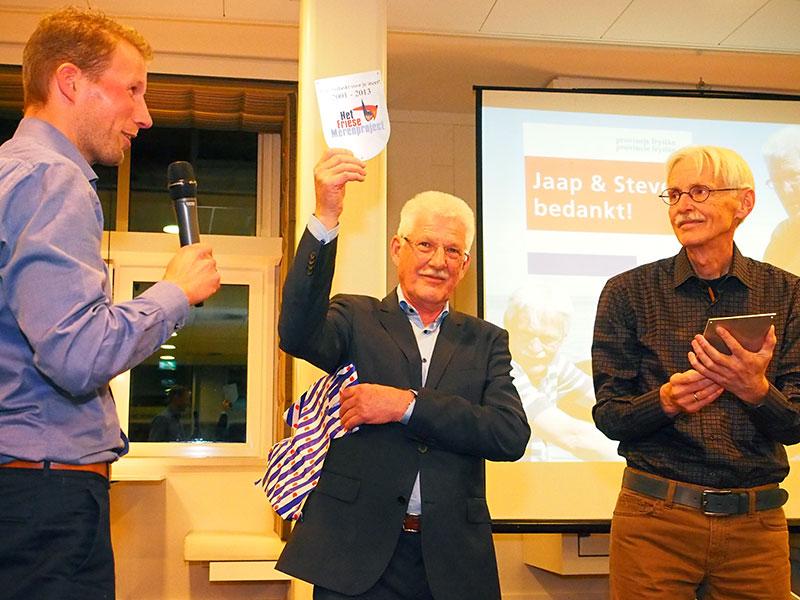 Bram Hulsman (links), programmamanager Het Friese Merenproject & Fryslân Topattractie, overhandigde Jaap Goos (midden) en Steven Duursma (rechts) een lichtmetalen bedankje voor hun inzet voor het Friese Merenproject.