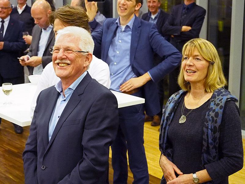 Jaap Goos en zijn partner Enny van der Wiel luisteren in het restaurant van het provinciehuis in Leeuwarden naar de mooie woorden van collega's en oud-gedeputeerde Jannewietske de Vries (per video, want ze moest 10 december 2015 aanwezig zijn bij een persbijeenkomst over haar benoeming bij de Floriade).