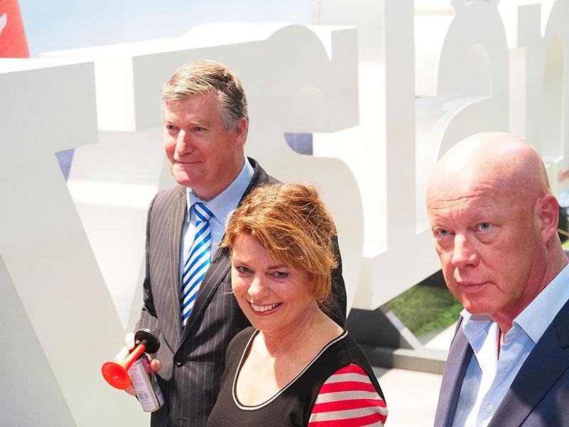 Jannewietske de Vries, hier met politiek commentator Frits Wester van RTL (rechts), neemt vandaag afscheid van de provinciale politiek.
