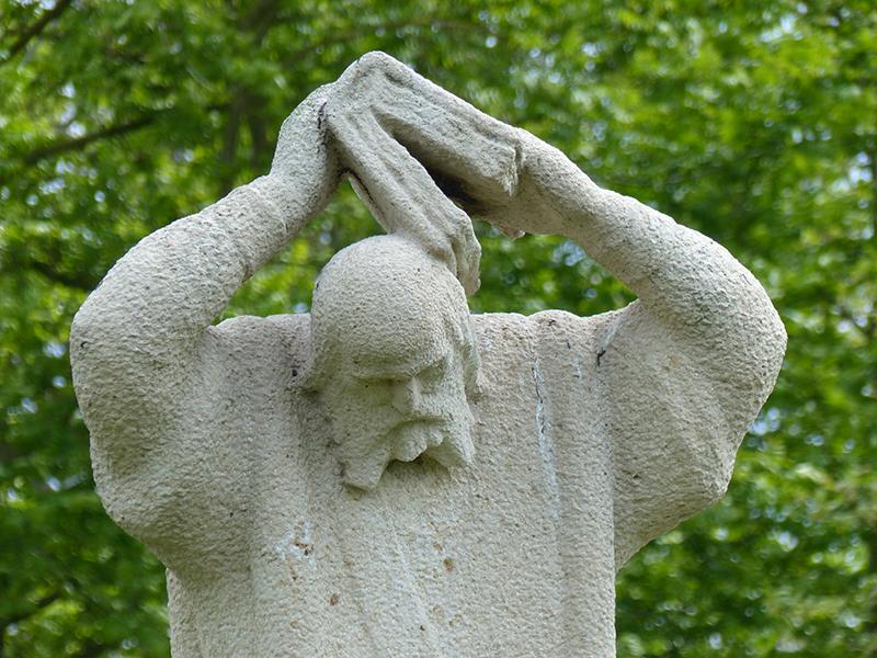 Het standbeeld van Bonifatius in Dokkum werd gemaakt door Gerrit Bolhuis en in 1962 onthuld door Prinses Beatrix.