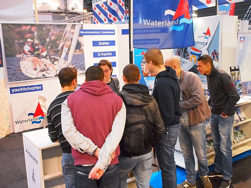 Waterland Yacht verhuurt zeiljachten uit de topklasse op het Friesland Holland-plein. Zondag 24 januari hadden ze acht boekingen in tien minuten, maar toen stond Nienke Zetzema achter de balie. In hal 14 zijn maar weinig verhuurders meer van IJsselmeer-georiënteerde verhuurders van grotere zeiljachten.