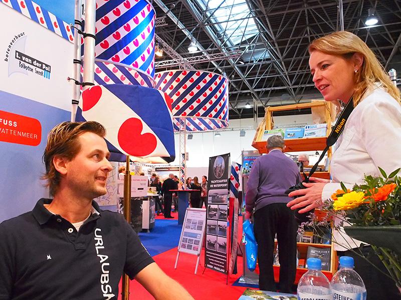 Carla Boonstra (rechts) van Merk Fryslân neemt poolshoogte bij Jappie van der Pol.