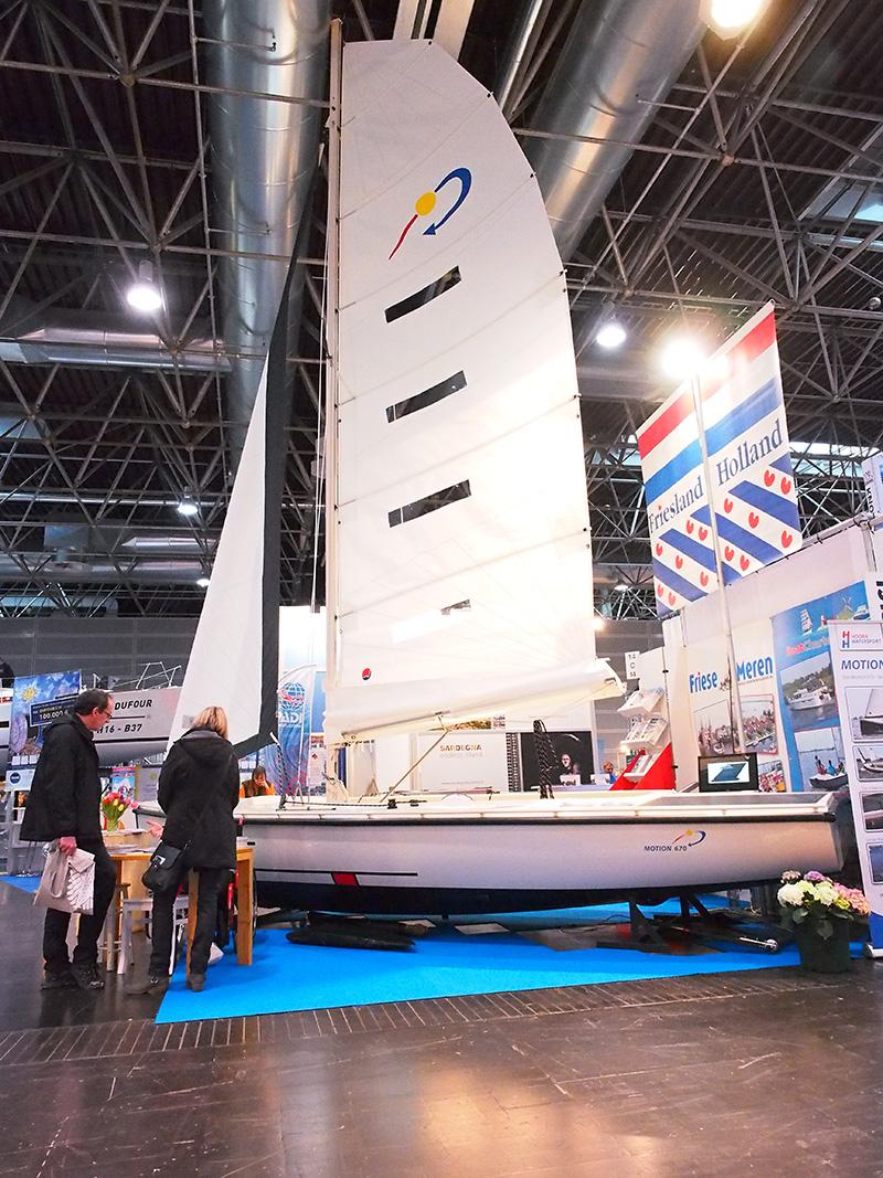 Eva Meijer van Hoora Watersport wil de Duitse markt op met haar Motion 670, een luxe en innovatieve daysailer voor prijzen rond de 30.000 euro. De boot beschikt over een uitgebalanceerde mast strijk- en hefinstallatie. Ze heeft de rechter voet in het gips na een ongelukje tijdens de opbouw.
