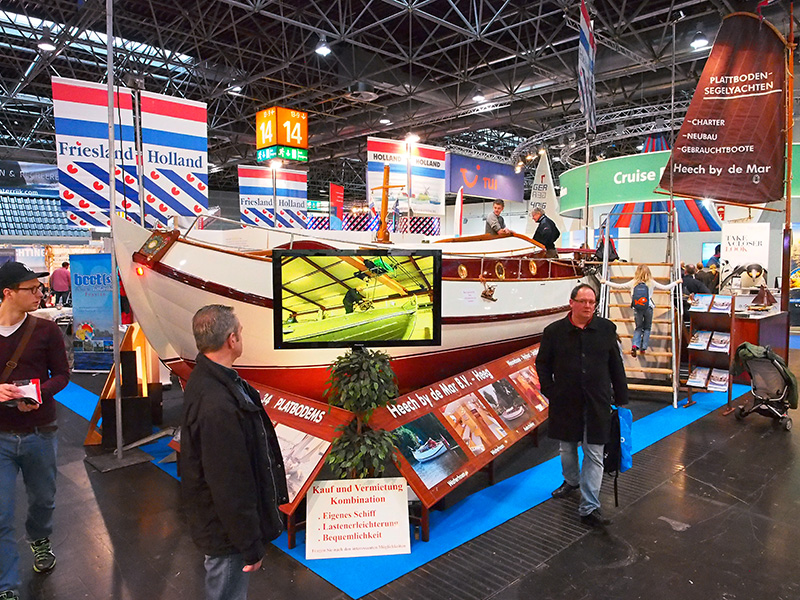 """Harry en Martin Koekebakker van Heech by de Mar hebben een """"fürstliches Schiff"""" op Boot Düsseldorf, een Groene Draeck die vooral bruine tinten heeft."""