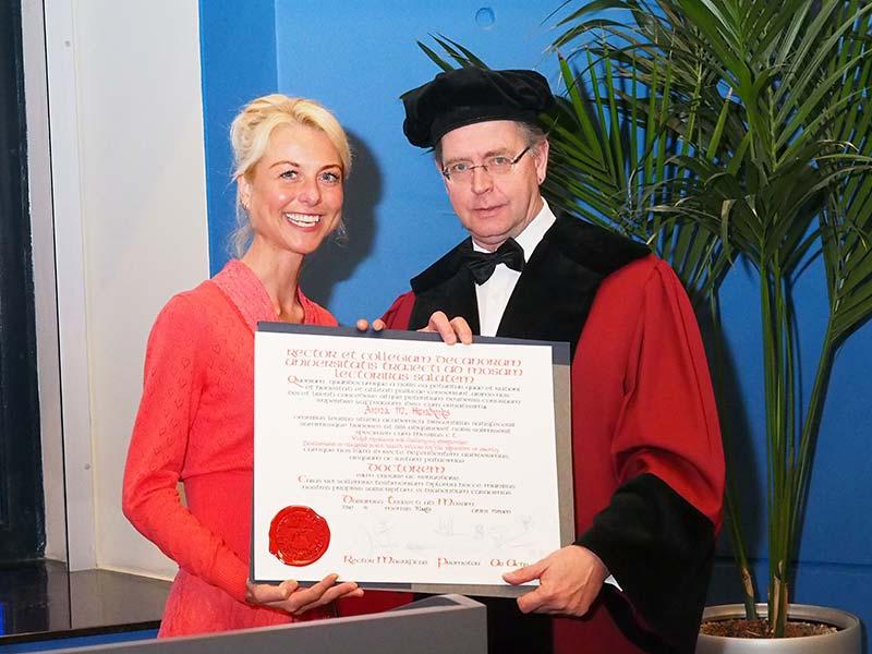 Promotor prof.dr. Nanne de Vries (oud-inwoner van Leeuwarden en Drachten) reikt de bul uit aan Dr. Anna Marie Hendriks (oud-inwoner van Wolvega) na geslaagde openbare verdediging van haar proefschrift op 4 maart 2016 in de universiteit van Maastricht.