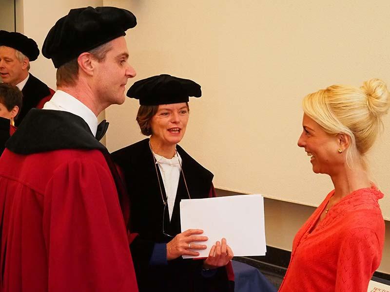 """De """"supervisors"""", de begeleiders van Anna Marie Hendriks, prof.dr.ir. Maria W.J. Jansen en prof.dr. Stef P.J. Kremers. Niet op deze foto, maar ook supervisor, was promotor prof.dr. Nanne de Vries."""