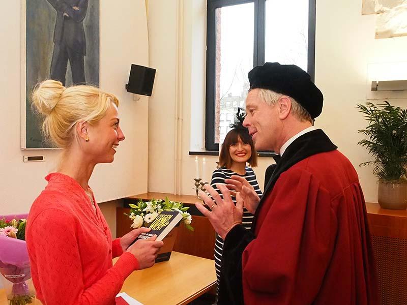 Anna Marie Hendriks in gesprek met een bekende Nederlander, de 'overgewichtspecialist' en wetenschappelijk publicist, universiteitshoogleraar Jaap Seidell (VU Amsterdam). Hij maakte deel uit van de corona, de promotiecommissie, de vragenstellers in de aula.