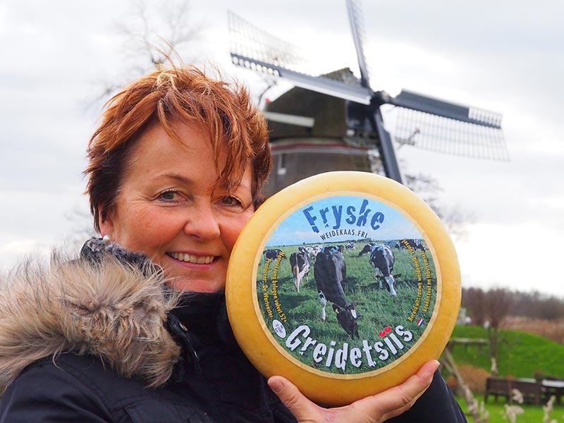 Het bureau voor toerisme van Fryslân, Friesland Holland, stimuleert weidegang en is sinds kort producent van weidekaas. Weidegang, grazen in de wei, bevordert het welzijn en de gezondheid van melkgevende koeien. In de wei kunnen koeien zich natuurlijk bewegen, kuddegedrag vertonen, spelen, onbeperkt grazen en liggen in verschillende houdingen. Dat vermindert de strijd om ruimte en voer en vermindert daarmee de stress bij dieren die lager in de rangorde staan. De wei is meestal schoon, droog en biedt een verende ondergrond. Het rondlopen is ook goed voor de poten, klauwen en uiers van melkkoeien. De kans op uierontstekingen, op elkaars spenen trappen, gestoorde bewegingen, kreupelheid en klauwaandoeningen is lager dan bij koeien die binnen blijven. (Bron: www.voedingscentrum.nl) Dat koeien zich in het grasseizoen lekkerder in de wei dan in de stal voelen, zal ook de toerist een goed gevoel geven. Daarnaast leeft het Friese weidelandschap vele malen meer met koeien in de wei dan in de stal. Weidegang is dus leuk voor de koe en de gasten van Friesland. 's Winters staan de koeien uiteraard lekker warm binnen, op stal. Een weetje: Gemiddeld geeft een koe per jaar 8000 liter melk. Voor 1 kilo kaas is 9 tot 10 liter melk nodig. Een koe eet per dag 80 kilo gras!