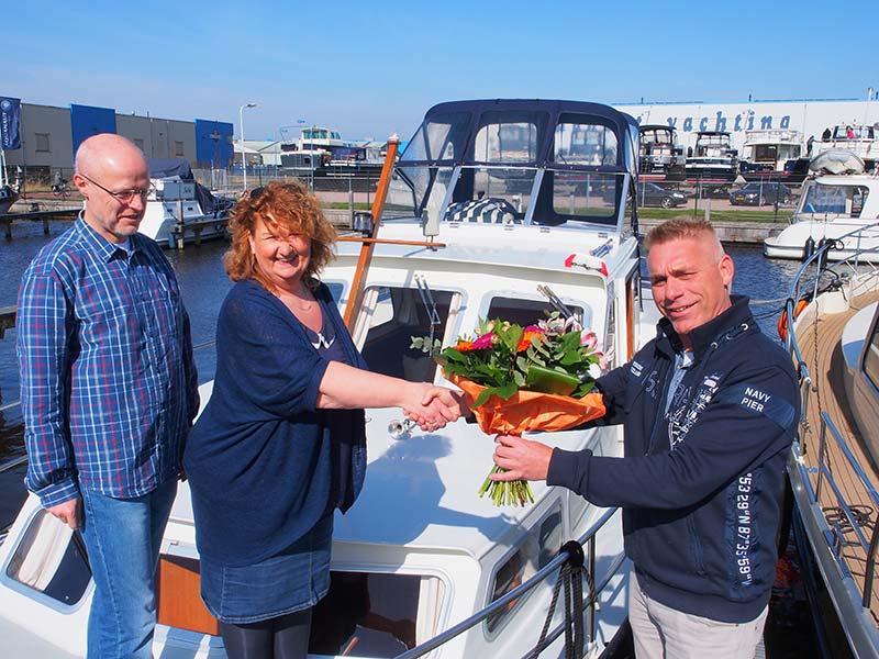 Aquanaut directeur Mark Bakker (rechts) feliciteert Gjerrit Meinsma en Nicole Beaujean met de gewonnen vaarvakantie op de Sirius (Aquanaut Beauty 1000 AK, 4-7 pers.).