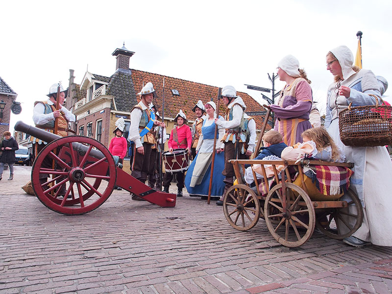 De 26 april 1984 officieel heropgerichte stadsschutterij van Sloten met marketensters (verkoopsters van waren aan soldaten) en hun kinderen, alle in nagemaakte 16-de eeuwse kledij. De schutters, bewapend met hellebaard, lans, sabel of musket, kwamen voor het eerst in actie naar aanleiding van de feestelijkheden rond het 700-jarig bestaan van Sloten in 1983. Bij die gelegenheid werd de Spaanse overval op Sloten in 1588 — met een bierschip — nagespeeld, met de schutterij in vol ornaat.
