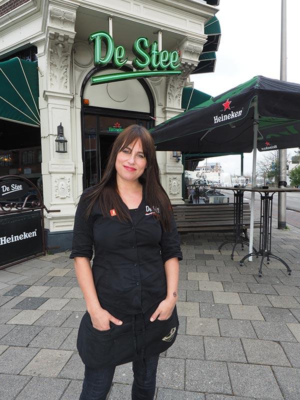 In café De Stee van Ilva (foto) en Arman Stoelwinder begint de Elfstedentocht op het dienblad.