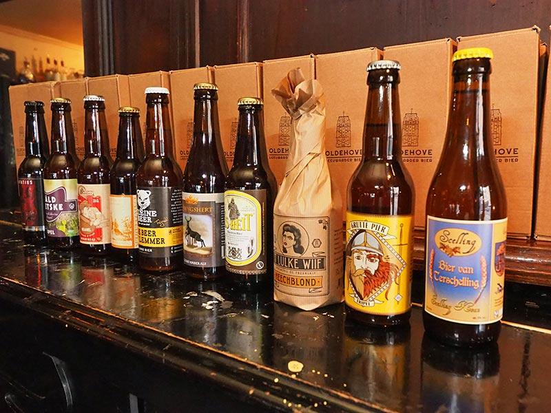 Arman en Ilva Stoelwinder tappen in De Stee vele Friese streekbieren.