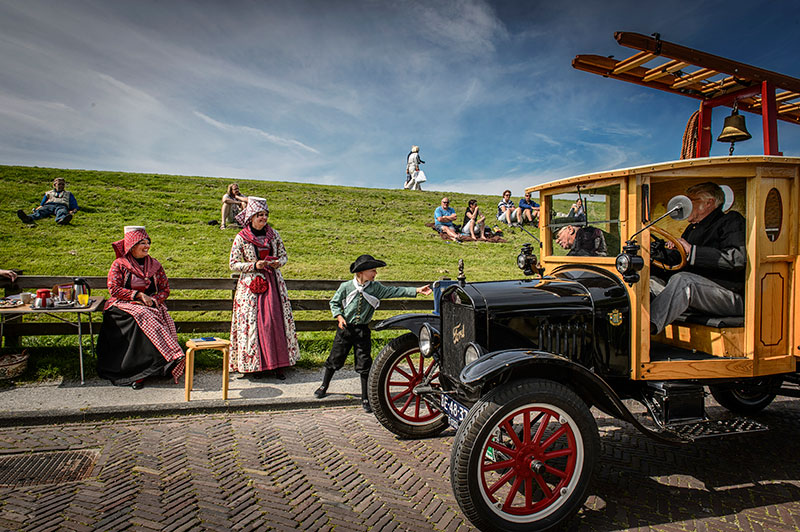 De Elfsteden Oldtimerstoet passeert Hindeloopen. Fotografie: Matty van Wijnbergen.