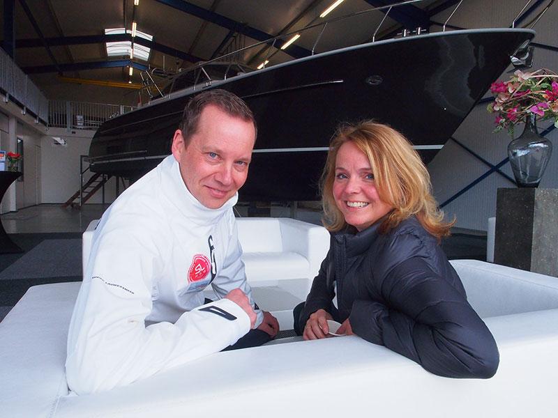 Het toppunt van vreemdgaan. Bastiaan Jousma van Super Lauwersmeer op de maagdenbank met Bregina van Straten van Vivante Yachts. Achter hen een nieuw Vivante motorjacht.