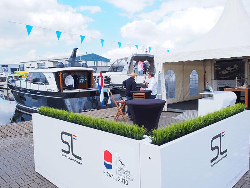 Grote drukte steeds bij de Discovery en Evolve jachten van Super Lauwersmeer (Frisian Motor Boats) in de haven van concurrent Vivante.