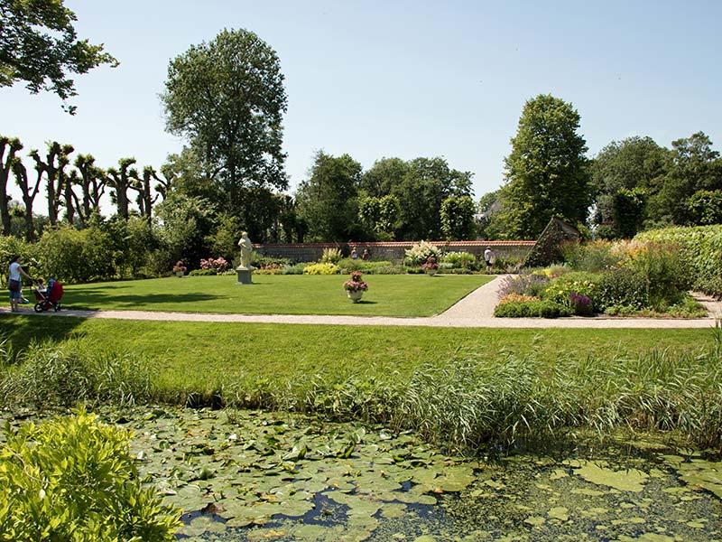 Dekema State ligt op een omgracht terrein en is via een brug met rijk gesneden poort uit 1905 te bereiken. Hiervoor ligt het voorplein waarop de lange oprijlaan uitkomt. Een wandeling in de fraai aangelegde tuinen voert langs singels, een sier- en moestuin en een boomgaard. In het voorjaar bloeien er verschillende soorten stinzenplanten. Het slotje is ook met een kleine sloep bereikbaar vanuit Leeuwarden, culturele hoofdstad van Europa in 2018.