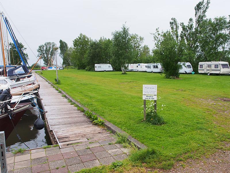 Op het erf van recreatieboerderij De Koevoet vind je geen vee, maar boten in allerlei soorten en maten, en de gemoedelijke sfeer van weleer, ver van drukke recreatieoorden.