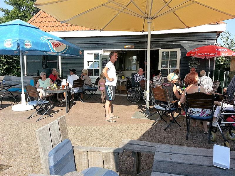 Het havencafé met terras is ook de receptie.