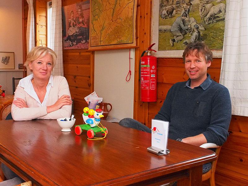 Nelly Zuidam en haar broer Niels in de receptie annex havencafé.