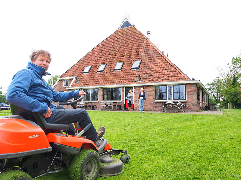 Niels Zuidam, de Friese Max Verstappen op het circuit De Koevoet. Niels is de techneut en de dagelijks aanwezige havenmeester en bedrijfsleider. Hij woont op het recreatiecomplex.