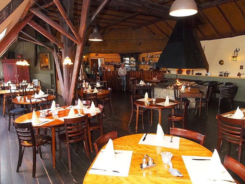 Als Nelly Zuidam's zakenrelatie Bauke Jonkman uit Langweer de sloep van Friesland heeft, dan heeft De Koevoet het restaurant van Friesland! Het dik 50 plaatsen tellende restaurant op de hooizolder is al tientallen jaren populair bij pleziervaarders op de route Lemmer-Sneek en is het jaar rond geopend (in de winter voor groepen). De Koevoet heeft een eigen kok in dienst. Het restaurant is ook toegankelijk voor mensen die slecht ter been zijn, want er is op de brede toegangstrap een nieuwe stoellift gemonteerd.
