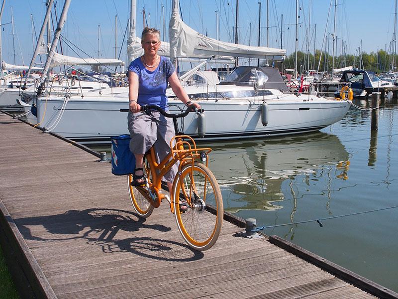"""Landelijk had zeiljachtcharteronderneming en jachthaven Waterland van Jan en Trees Zetzema in Monnickendam de primeur met het Friesland Holland's Off the Boat On the Bike. Waterland is Jachthaven van het jaar 2016 en """"ambassade"""" van Friesland in Holland."""