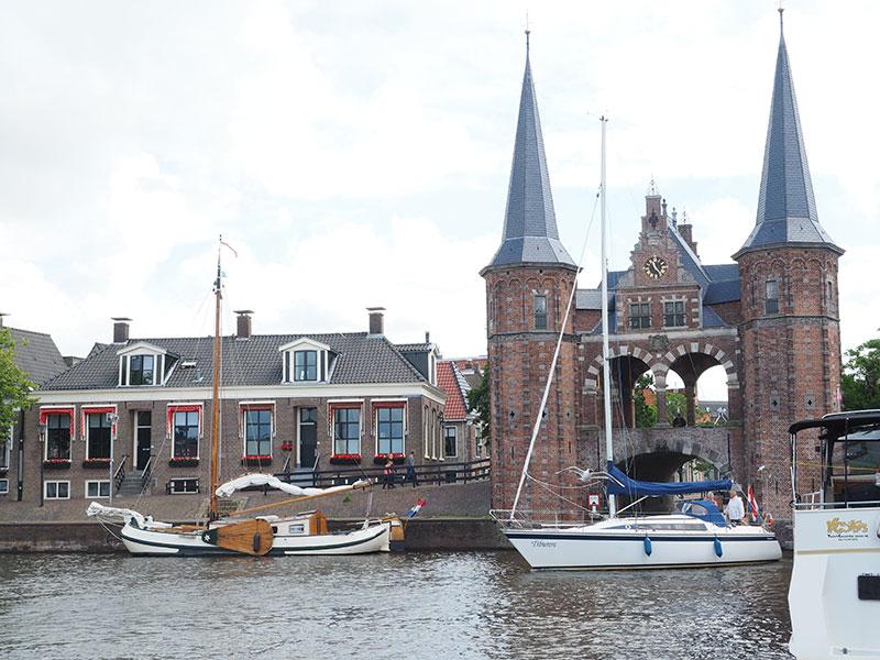 Ruimte voor boodschappen. Toeristen die Friesland per boot, met de camper of auto (met of zonder caravan of tent) bezoeken zijn gasten die wat te besteden hebben. Ze hebben fysiek ruimte om dát wat ze kopen mee te nemen naar huis of onderweg te gebruiken. Ze willen van alle aspecten van het goede van Friesland genieten, ook van het culinaire. En van de terrassen met een schitterend uitzicht. Ze zijn altijd op zoek naar eet- en drinkgelegenheden die anders zijn dan in de eigen woon- of werkomgeving. Dit alles geldt ook voor die honderdduizenden Nederlanders en buitenlanders die nu en straks vanwege Leeuwarden Culturele Hoofdstad van Europa 2018 naar Friesland komen.