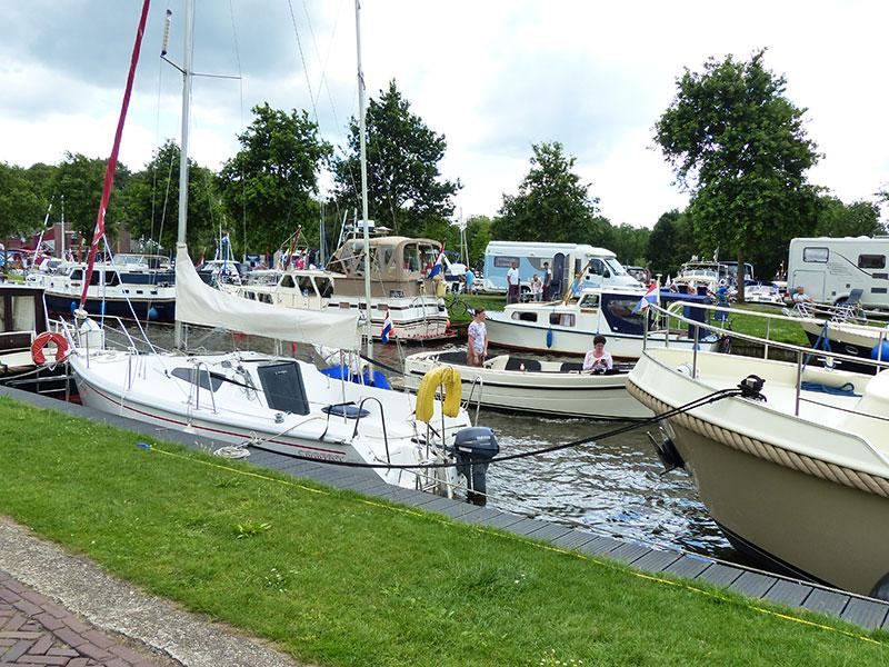 Ruimte voor boodschappen.  Toeristen die Friesland per boot, met de camper of auto (met of zonder caravan of tent) bezoeken zijn gasten die wat te besteden hebben.