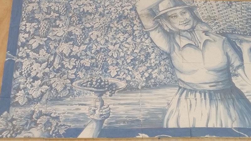 Bij het Harlinger bedrijf, dat zich inmiddels het oudste Friese familiebedrijf op het gebied van keramiek mag noemen, is men erg in z'n nopjes met de opdracht van Ferring. Twee plateelschilders van de Harlinger Aardewerk en Tegelfabriek, Lucia Bazzano en Harm Posthumus hebben drie maanden fulltime aan het 25 vierkante meter grote paneel gewerkt. Fotografie: Harlinger Aardewerk en Tegelfabriek.