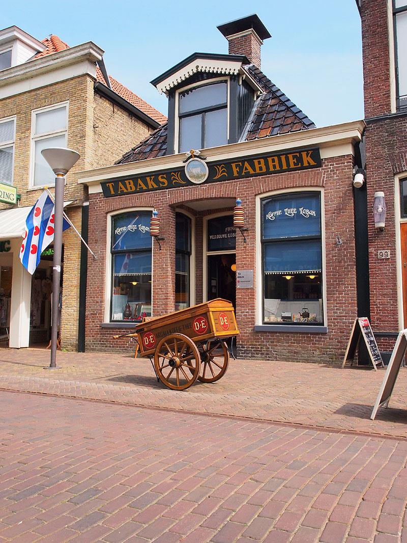 De Jouster Kofje-mok en het recept zijn verkrijgbaar bij VVV Joure en in de historische Douwe Egberts (DE) winkel aan de Midstraat in Joure (foto).