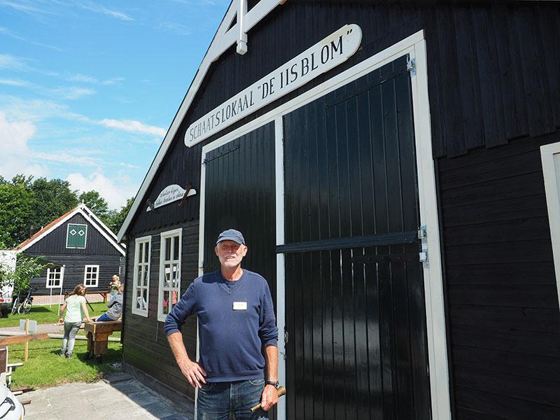 Age Veldboom voor zijn nieuwste bedrijfsonderdeel, een schaatslokaal met een verhaal.