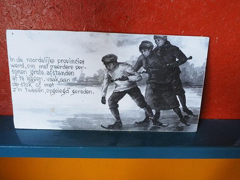 """Een kijkje in het Earnewâldster """"schaatsmuseum"""", een klein zusje van het skûtsjemuseum."""