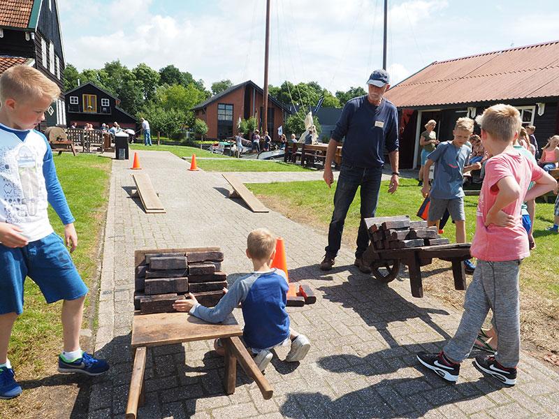 De juffen Henny Tiesema en Fardau Huisman en meester Piet Masselt van de openbare basisschool De Lege Geaën uit Sibrandabuorren en hun leerlingen volgden maandag 4 juli 2016 een spoedcursus 'skûtsjesilen' op het terrein van het skûtsjemuseum in Earnewâld.