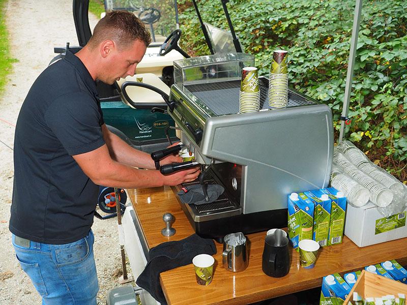 """Ruben Dijkstra zet koffie """"in de bosjes"""" tijdens zaterdag 17 september 2016 gehouden wedstrijden op de 9 holes baan Heidemeer."""