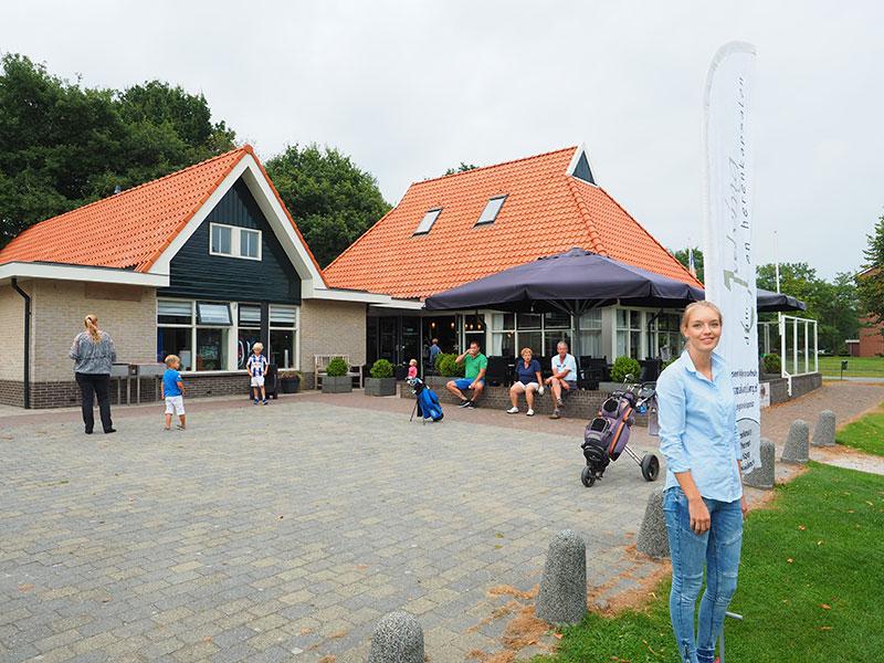 Mulligan, zo heet het clubhuis van Golfclub Heidemeer in Heerenveen. Op de voorgrond Kim Wedema (18), die Ruben Dijkstra af en toe assisteert als het druk is.