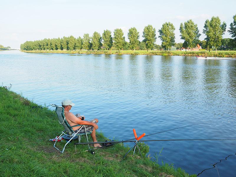 Sportvissers zitten op het Stroobosser marinapark De 4 Elementen op de eerste rang.