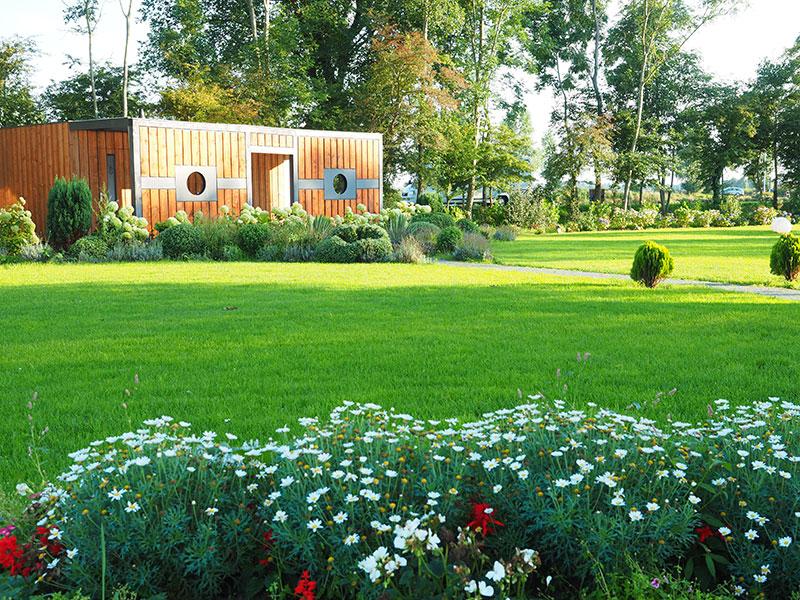 De onderkomens en faciliteiten van de cliënten van het vakantiepark De 4 Elementen (water, vuur, aarde en lucht).
