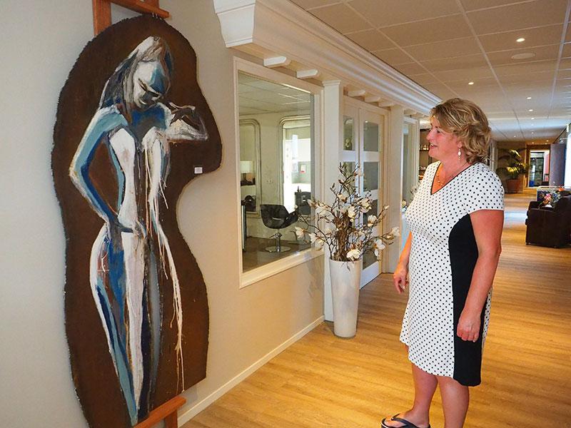Kunstenaars kunnen exposeren in Janny Reitsema's restaurant en in de brede gang.