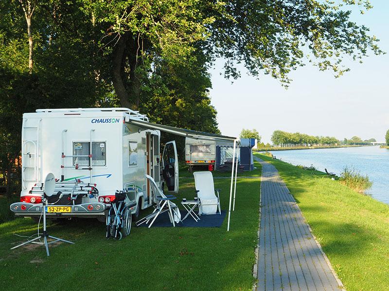 Er zijn 25 plekken voor campers, caravans en tenten aan het water. Het hele terrein is rolstoelvriendelijk ingericht.