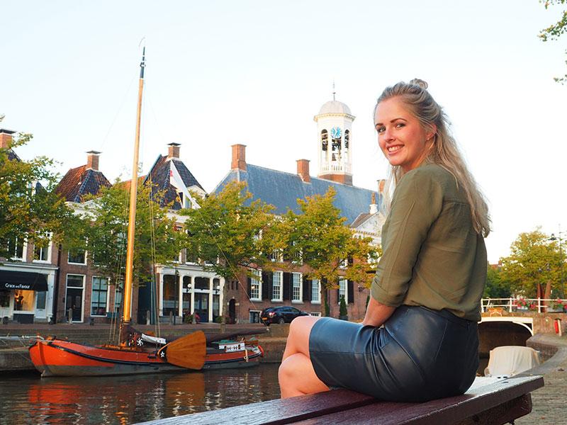 """Op pad met """"Miss Dokkum"""". Het wordt een bijzondere stadswandeling door de Dokkumer binnenstad met gasten van Booking Dokkum (www.bookingdokkum.com), Friesland Holland Travel Service (www.frieslandtravel.nl) en Boat Charter Holland (www.boatcharterholland.nl). Deze route en de tijden van de rondleidingen komen in het nieuwe magazine 'Waddenzee' (www.dutchwaddensea.com) van Friesland Holland."""