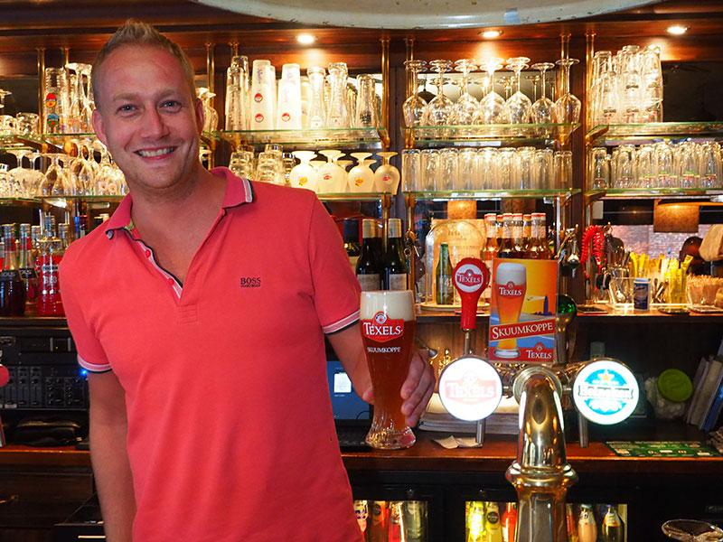 De herberg van Sape Woudman, 't Raedhuys in het centrum van Dokkum. Het meest gedronken speciaalbier in zijn kroeg met eetcafé komt van Texel, Skuumkoppe, een soort witbier. Info: www.texels.nl